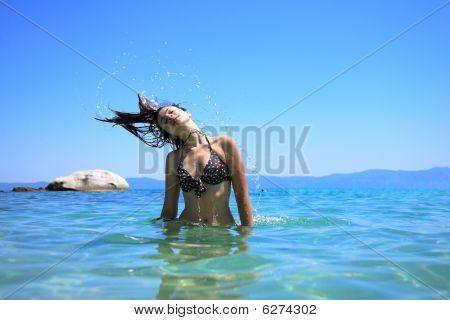 gegerbte Woman in Bikini im Meer