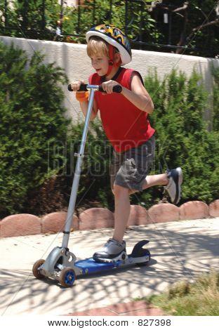 Scooter de montar a caballo del muchacho