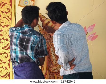 Bagan, Myanmar-december 30, 2013: Burmese Artists Were Discussing About Work Of Left Man On December