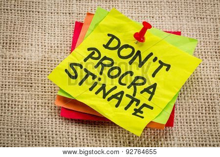 do not procrastinate reminder on a yellow sticky note