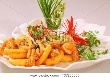 Fried shrimp and squid that serving in the restaurant