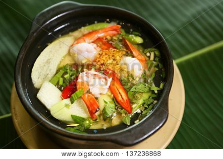 Sour soup with clams and dill leaves