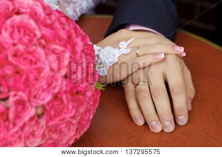 hands men and women with wedding rings.
