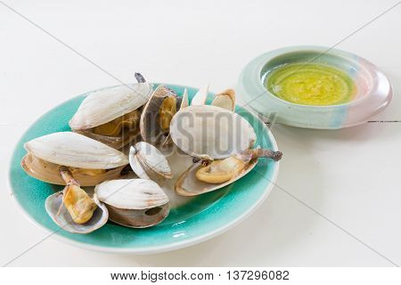 Cooked soft shell clams with melted butter.