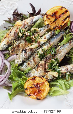 Grilled sardine fish with lettuce, lemon and garlic dressing