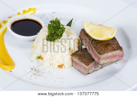 Tuna Tataki with Rice and VegetableThai food in a luxury hotel.