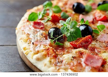 Cheese pizza with cherry tomatoes and ham