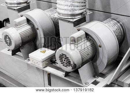 equipment for supplying air with an electric motor
