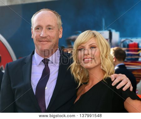 LOS ANGELES - JUL 9:  Matt Walsh, Morgan Walsh at the Ghostbusters Premiere at the TCL Chinese Theater IMAX on July 9, 2016 in Los Angeles, CA