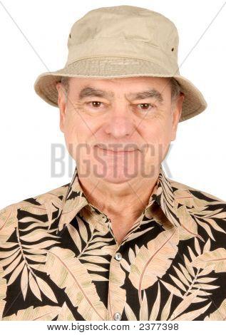älterer Mann im touristischen outfit