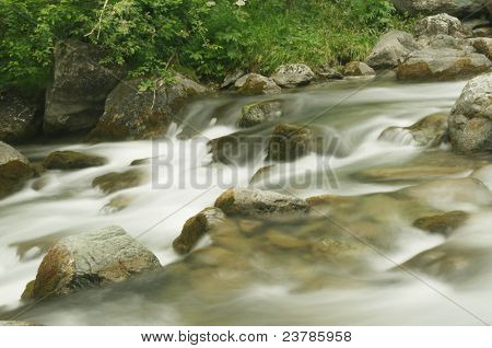 Rio que flui (imagem de longa exposição)
