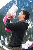 Постер, плакат: Азиатские отец держит его ребенок