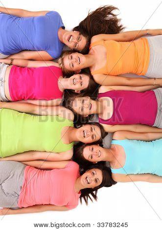 ein Bild von einer Gruppe von Freunden auf dem Boden liegen und Lächeln