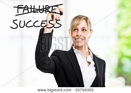 Empresaria escribir un concepto motivacional en la pantalla