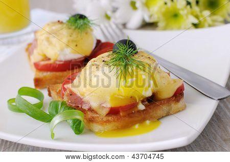 Ovos Benedict com tomate na torrada com queijo e presunto