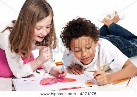 Zeichenblatthintergrund zusammen, isoliert auf weiß interracial Kinder