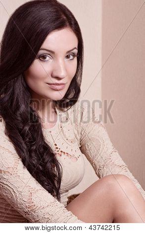 Ein Foto von schönen Mädchen mit schwarzen Haaren