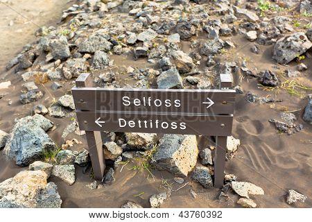 Firman correos en el camino a las cascadas de Islandia Selfoss y Dettifoss
