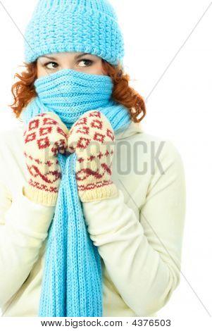 Постер, плакат: Молодые имбирь женщина одетая теплая зимняя одежда, холст на подрамнике