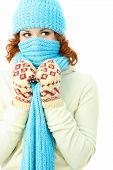 Постер, плакат: Молодые имбирь женщина одетая теплая зимняя одежда
