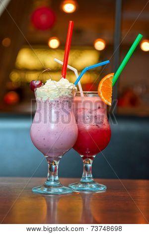 Set o nonalcoholic milkshake cocktails with berries