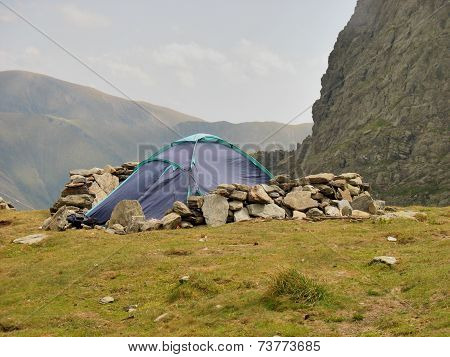 Alpine tent and windbreak from rock