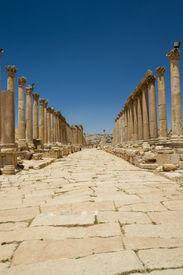 pic of cardo  - View on the cardo maximus main road of the Roman city of Jerash  - JPG