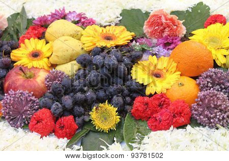 Composition of fresh fruits and flowers