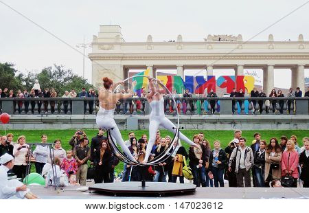 MOSCOW - SEPTEMBER 11 2016: Street actors perform in Gorky recreation park in Moscow. Moscow City Day celebration 869th anniversary. Color photo.