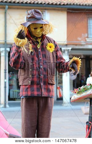 Ferrara, Italia - August 25, 2016: The Ferrara Buskers Festival is dedicated to the art of the street. Magalot e marò, building character, living statue of a scarecrow