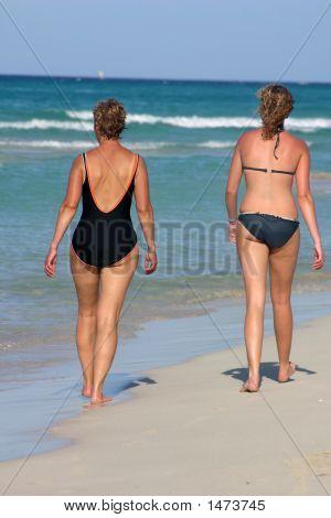 Turista caminando por la playa
