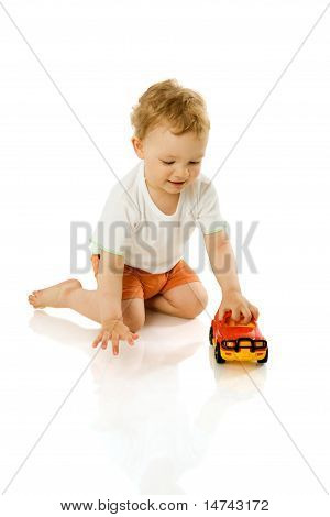Menino segurando o brinquedo
