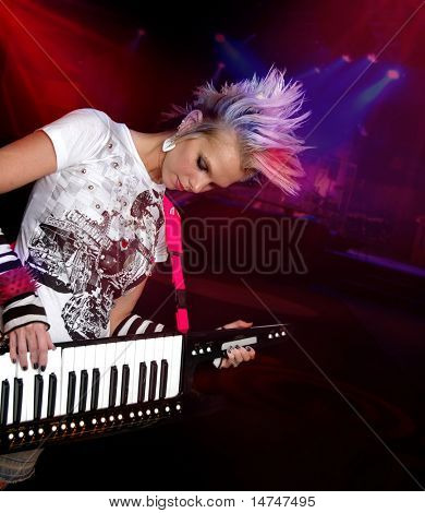 Schöne junge Musiker spielen elektrische Tastatur.