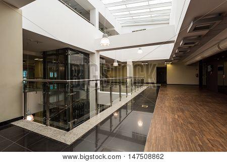 Interesting Combination Of Materials Diversifies Space Of Corridor
