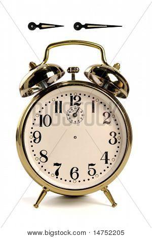 Vintage despertador isolado sobre o branco - ponteiros das horas e minutos têm traçados de recorte, para que você possa crea