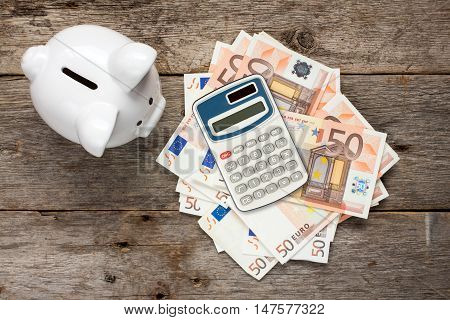 Financial savings concept with piggy bankmoney and calculator