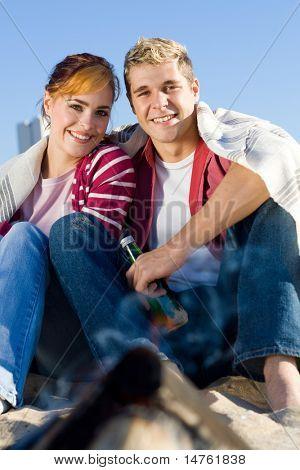 pareja joven feliz en la playa en invierno