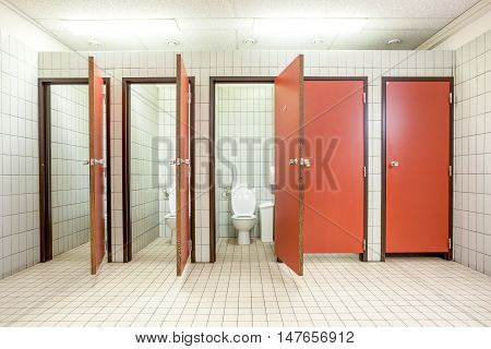 In an public building are womans toilets whit red doors