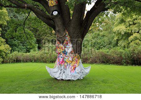 The Idea Of The Tree Decoration In The Garden