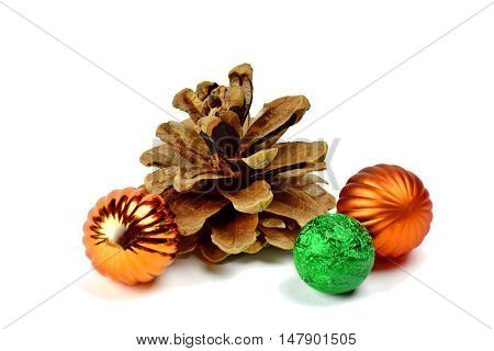 Big beautiful cedar cones and small multi-colored spheres: the decor to create a festive mood. Children will decorate a Christmas tree.