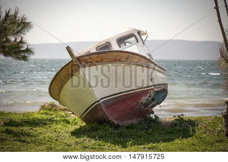 The boat with a hole cast ashore