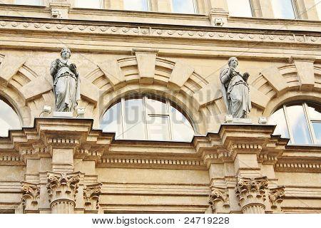Fachada de un edificio con una escultura