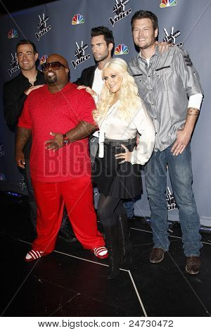 LOS ANGELES - OCT 28: Carson Daly, Adam Levine, Cee Lo Green, Christina Aguilera, Blake Shelton arrive at