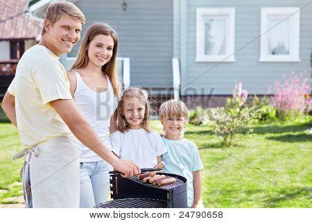 Familia barbacoa en el jardín