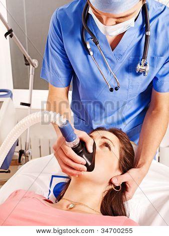 Arzt Patient im Krankenhaus Sauerstoffmaske einzuräumen.