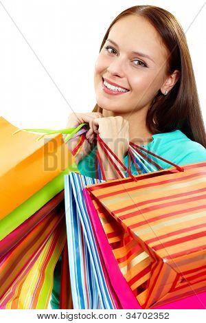 Retrato de menina feliz com paperbags depois das compras