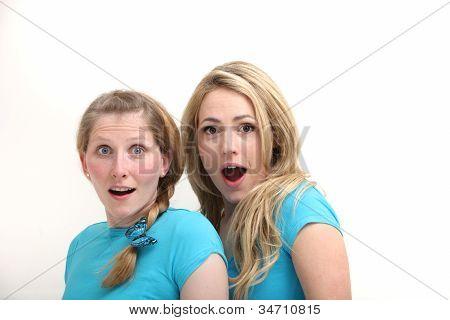 zwei schockiert und überrascht Frauen