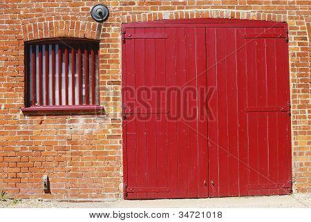 rote Tür in der Mauer. Dell-Kais. UK