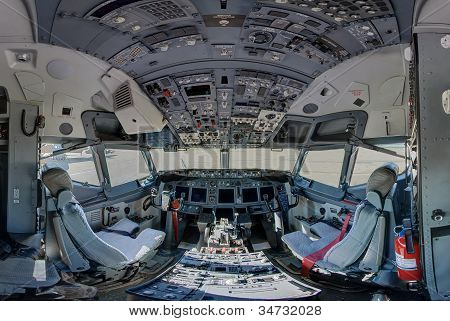 737 jet aircraft cockpit wide angle