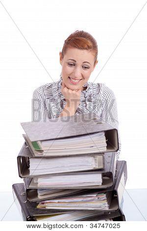 Mulher de negócios no escritório olha a pilha de pasta inacreditável